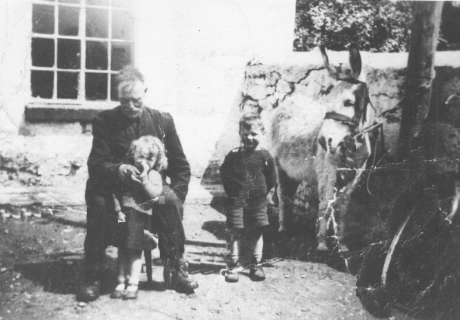 08 Thomas Murphy Senior and children in Lowtown Boatyard © Conroy Collection