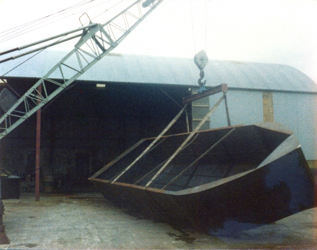 38 Lowtown boatbuilding - hull turnover © Conroy Collection