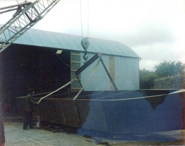 40 Lowtown boatbuilding - hull turnover © Conroy Collection